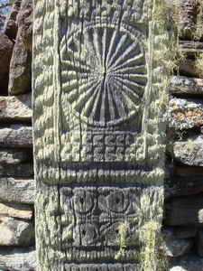 motifs décoratifs sculptés sur les poteaux de bois du vatolahy et du tombeau