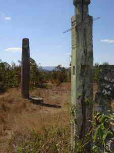 poteaux de bois sculptés, antérieurement reliés entre eux pour former une garniture autour du tombeau